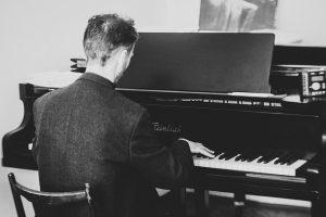 Lees meer over het artikel Een pianist boeken voor jouw ideale feestavond
